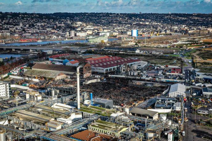 Vue aérienne de la zone industrielle de Rouen, en décembre 2019. Au centre, le site de Lubrizol, dévasté par un incendie.