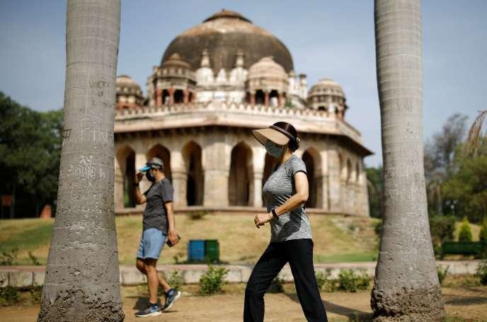 Des promeneurs portant des masques à New Delhi, le 31 mai.