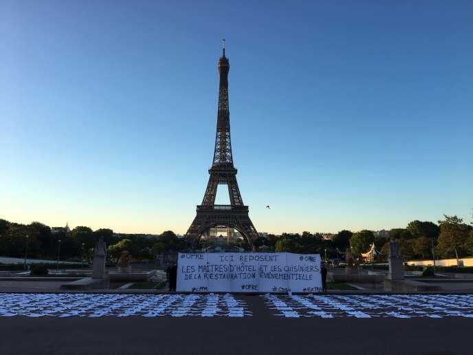 Maîtres d'hôtel et cuisiniers de la restauration dans l'événementiel ont étalé vestes et chemises blanches pour alerter sur la situation de leur secteur, touché de plein fouet par les mesures contre l'épidémie de Covid-19, mardi 19 mai, à Paris.