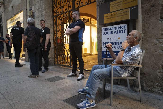 Faible affluence devant la permanence de Louis Aliot, à Perpignan, le 28 juin.