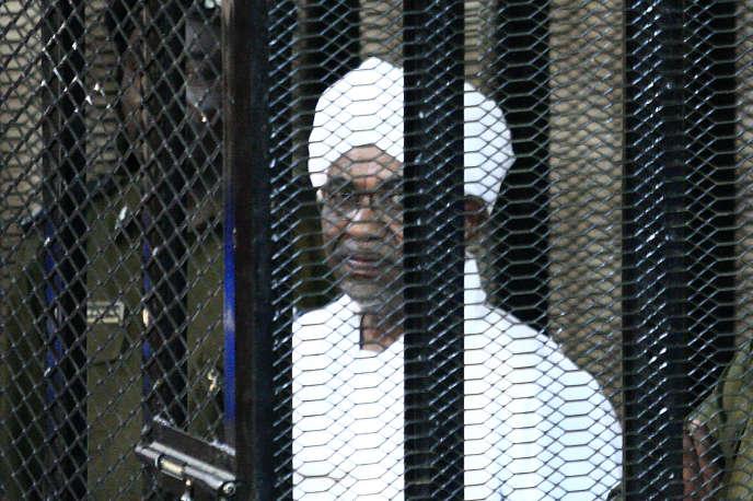 L'ancien président soudanais Omar al-Bachir lors de son procès pour corruption à Khartoum, le 31août 2019.