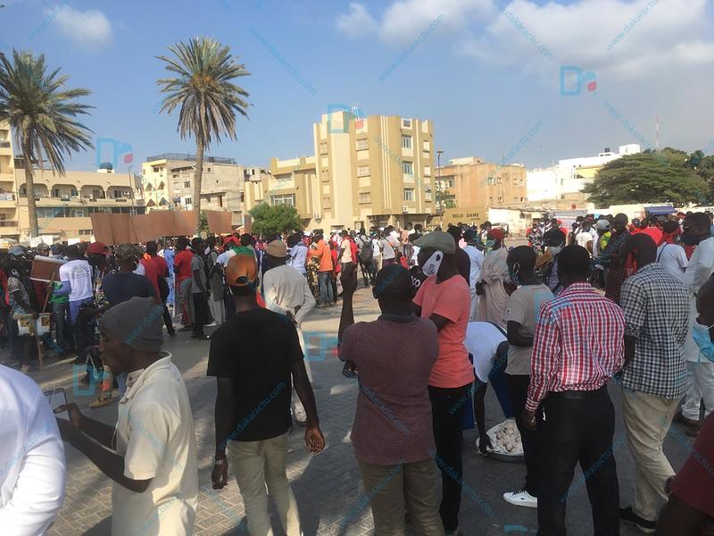 Manifestation citoyenne : Timide rassemblement à la place de la nation. ( IMAGES )
