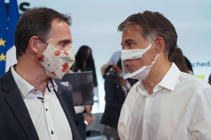 Le maire EELV de Grenoble Eric Piolle (à gauche) en discussion avec Olivier Faure, le premier secrétaire du PS, à Blois, samedi 29 août.