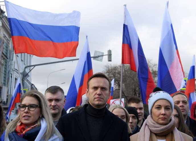 Alexeï Navalny et son épouse Yulia participent à une marche à la mémoire de l'opposant politiqueassassiné Boris Nemtsov, à Moscou, le 29 février.