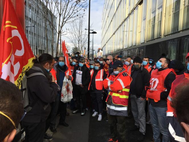 Ali Chaligui, délégué CGT (à gauche), prend la parole devant les chauffeurs de Taïs, filiale de Veolia pour la collecte des déchets industriels, le 4 mars 2021 devant le siège de l'entreprise à Aubervilliers (Seine-Saint-Denis).