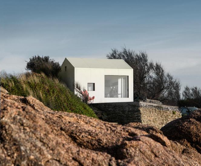 Une surface de 12mètres carrés… mais avec vue sur la mer, dans le cabanon de Guillaume Aubry près de Cherbourg.